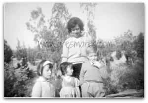 Η μαμά, η Δήμητρα, στο κέντρο εγώ κι ένα γειτονόπουλο.